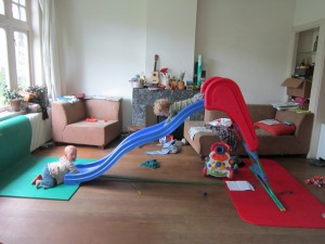 Glijbaan in de lege woonkamer