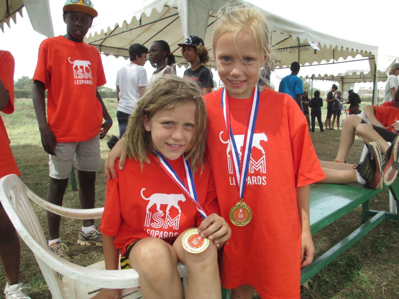 Ida en Doris in hun respectievelijke leeftijdsklassen op de 1500 meter. En dat met geduchte concurrentie (bijv. de Maasai-school!)