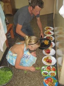 Marco en Doris bezig met 8 bordjes eten. Die pasten niet meer op het aanrecht!