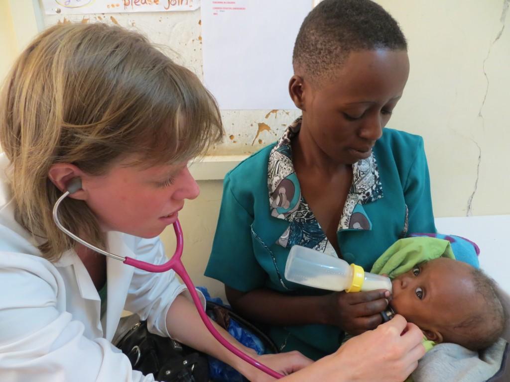 Anke luistert naar de slikactie bij een baby'tje met palatoschisis (gespleten gehemelte)