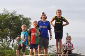 Op het dak van de Landrover: Sil, Willem, Pauline, Ida en Steven
