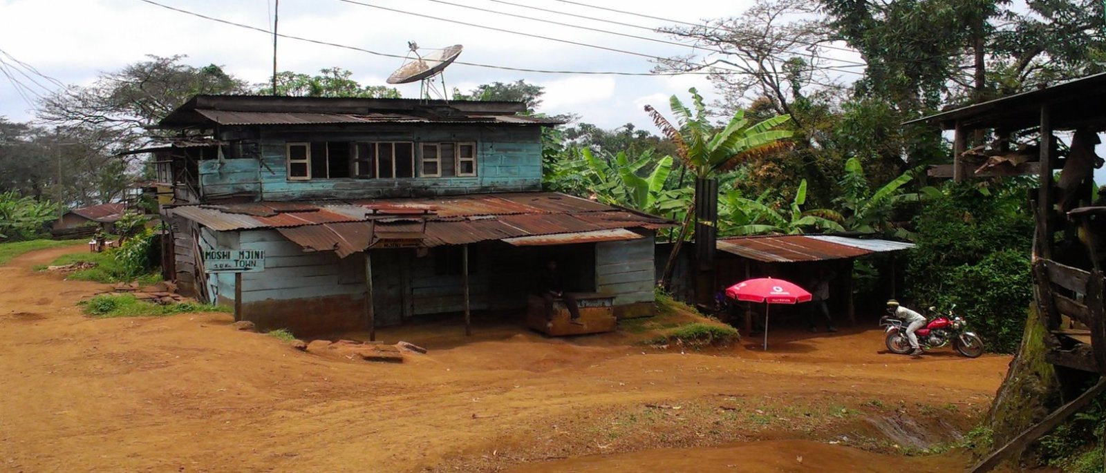 Het blauwe huis in het centrumpje van Shimbwe