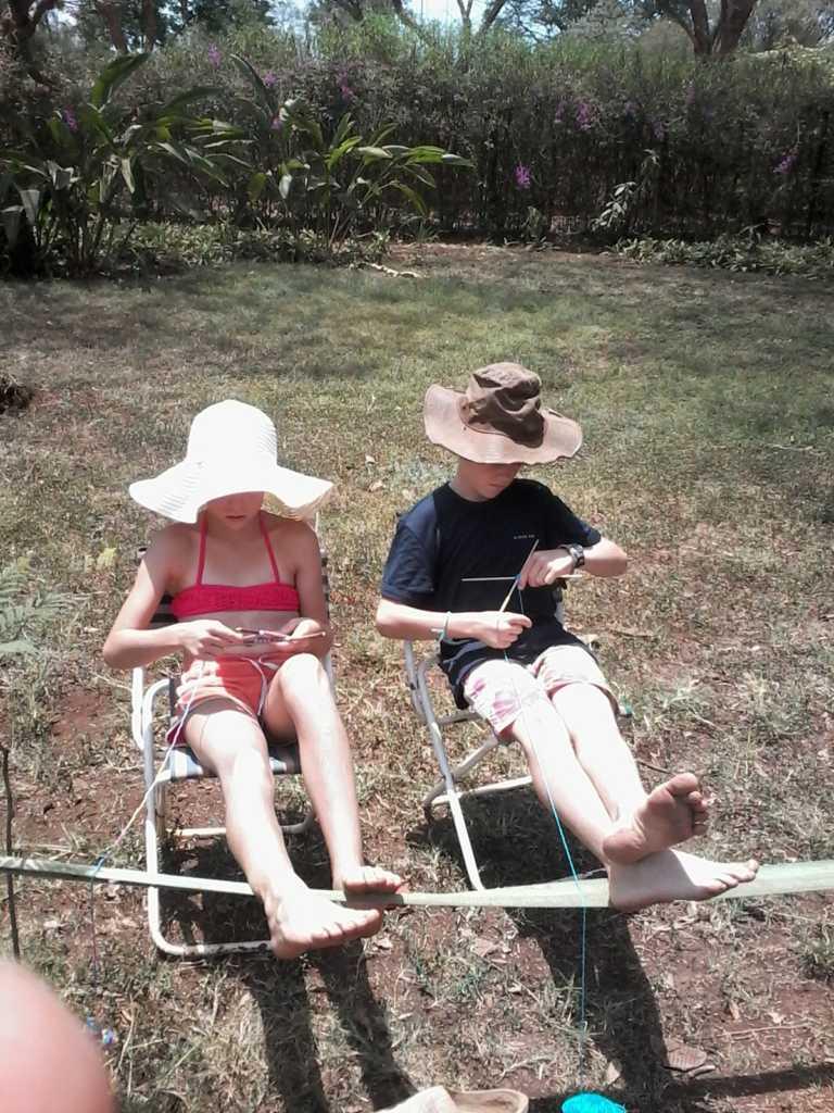 Doris en Willem aan het volgende knutselproject. Vanwege de presidentsverkiezingen is de schoolvakantie aangepast.