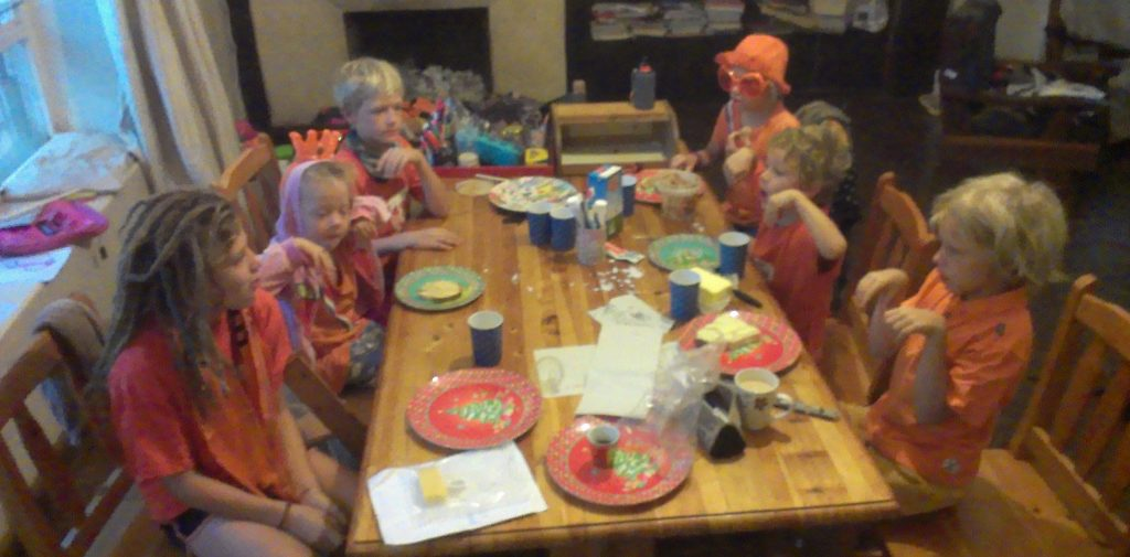 Zwetsjes in oranje aan de ontbijttafel